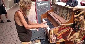 Morador de rua tocando piano em Sarasota, Flórida (Foto: Reprodução)