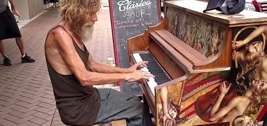 Morador de rua tocando piano em Sarasota, Flórida